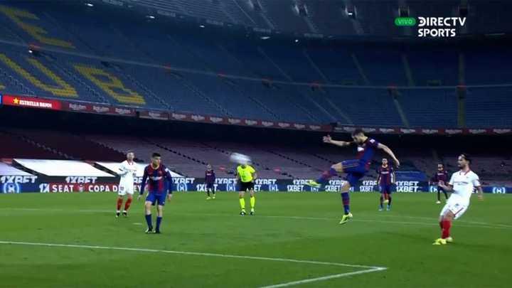 Jordi Alba casi mete un golazo, pero pegó en el travesaño