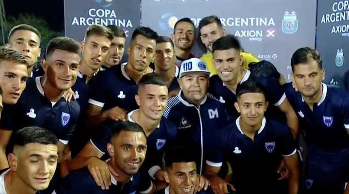 Maradona posó para la foto con los jugadores de Sportivo Barracas