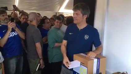 Mario Pergolini poniendo su voto en la urna