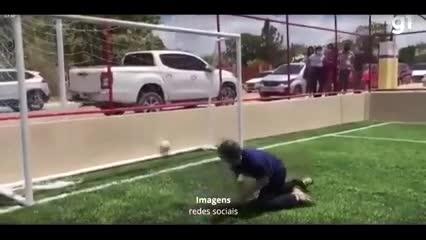 El momento en que el Senador Randolfe Rodrigues se disloca el hombro al defender un penal.