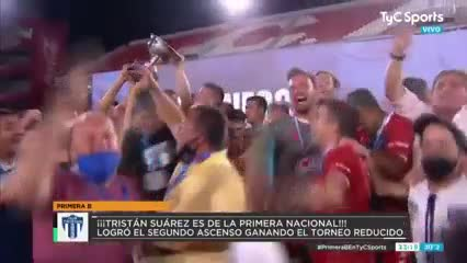 Tristán Suárez y la copa por el histórico ascenso