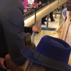 Mutombo y un gran gesto con un niño de su Congo natal
