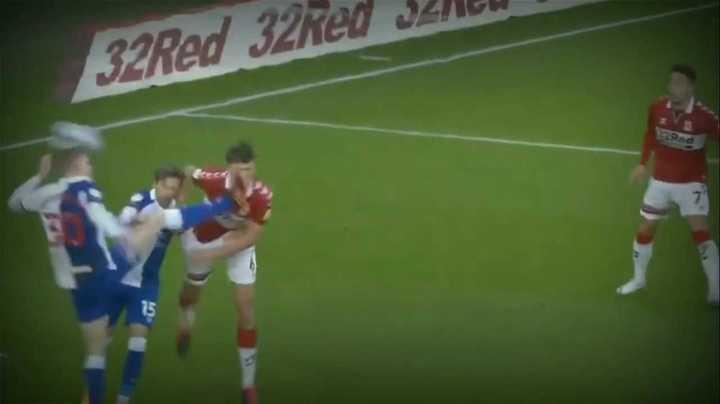 ¡Casi pierde un ojo por la patada en la cara del rival!