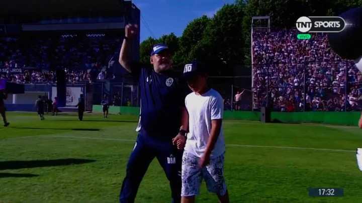 Maradona salió al campo con su nieto
