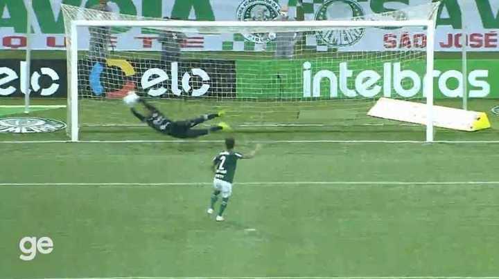 Arquero de CRB pateando y atajado contra Palmeiras en la Copa de Brasil