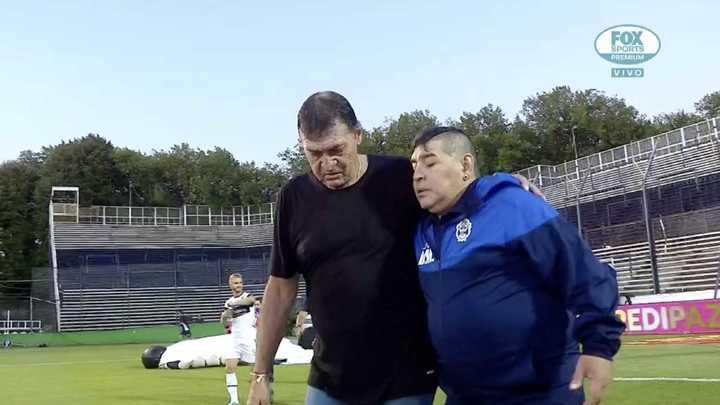 El abrazo entre Diego y Falcioni