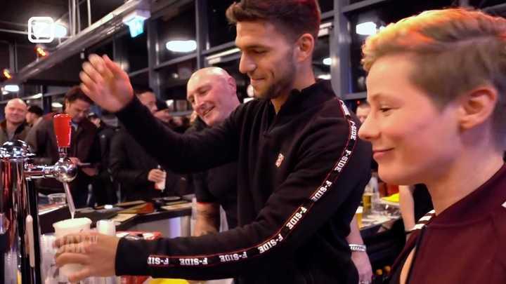 Magallán sirve cerveza en Holanda