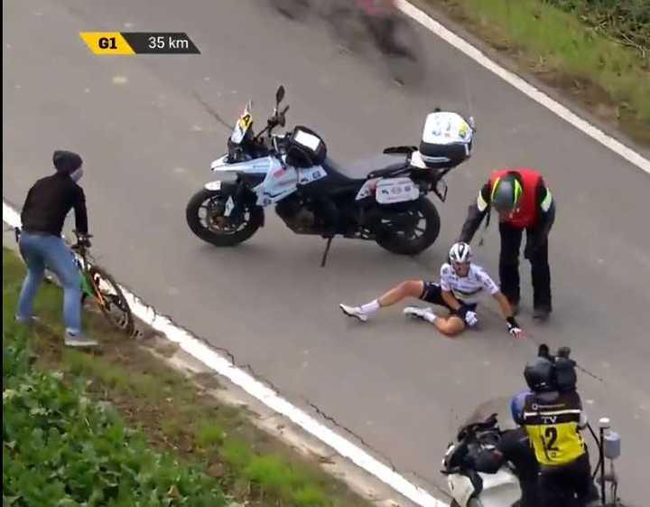 Julian Alaphilippe chocó contra una moto