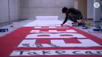 El plantel del Bayern preparó una bandera para sus hinchas