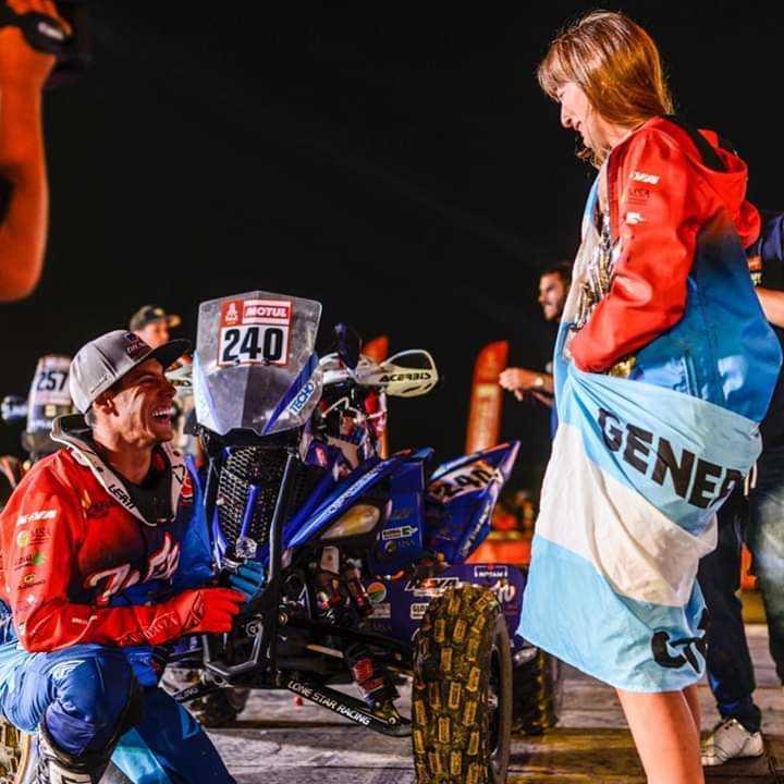 Le pidió casamiento en pleno podio del Dakar