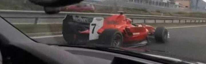 ¡Un F1 por la autopista!