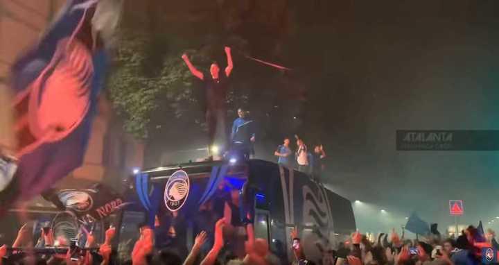La fiesta en las calles de los hinchas de Atalanta con sus jugadores