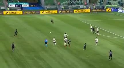 El tucumano Cuello y su gol en el 4-2 de Bragantino sobre Palmeiras