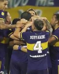 Abrazo de gol para Franco Soldano
