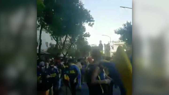 Los hinchas de Boca cantan en contra de Angelici mientras son reprimidos