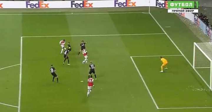 Rebotó en Abraham y gol del Arsenal