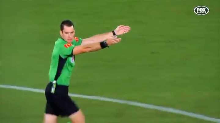 ¡Micrófono para el árbitro!