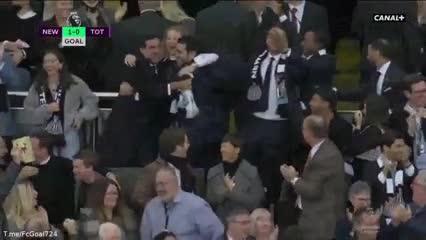 Callum Wilson anticipa de arriba a Cuti Romero: 1-0 para Newcastle