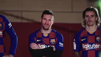 Los jugadores del Barcelona, junto a los artistas del Cirque du Soleil