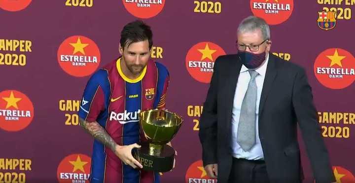 Messi recibe el Trofeo Joan Gamper