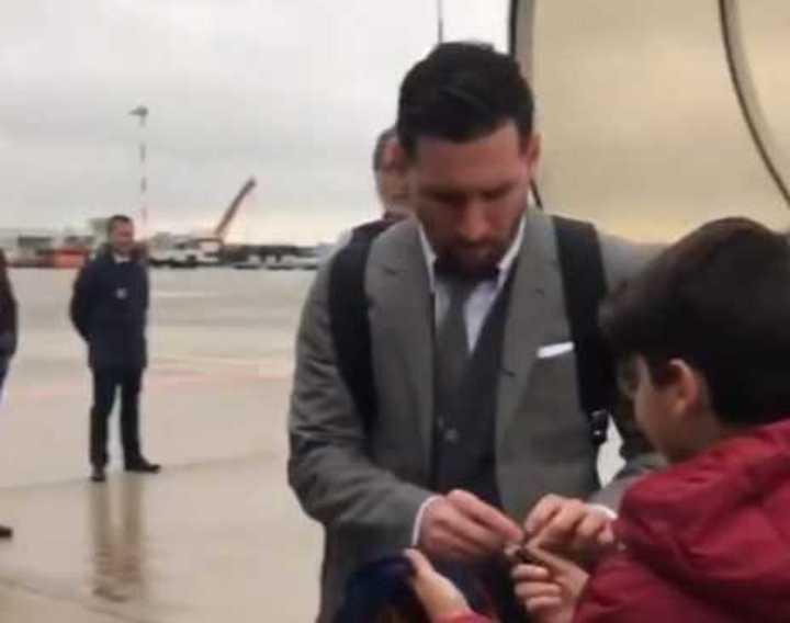 Messi llegó a Milán y ya firma autógrafos con la derecha