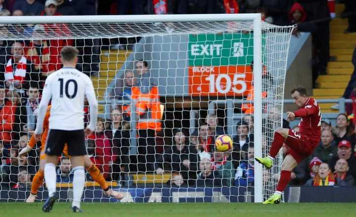De volea, Shaqiri clavó el segundo del Liverpool