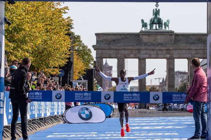 El keniano Eliud Kipchoge batió el récord mundial en maratón