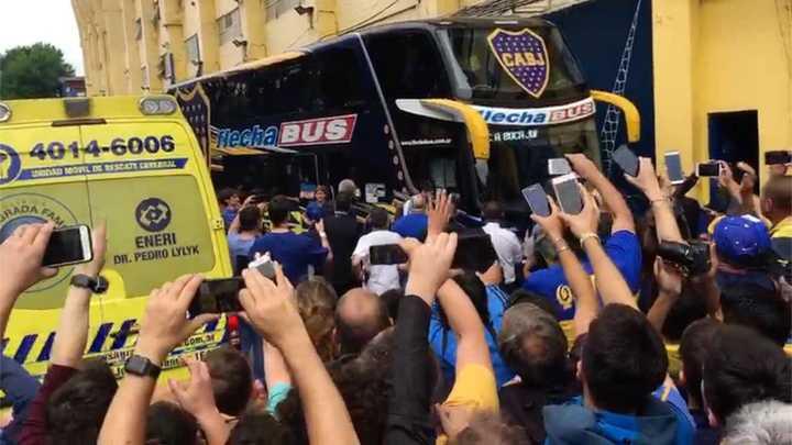 La gente de Boca recibió a puro canto al micro