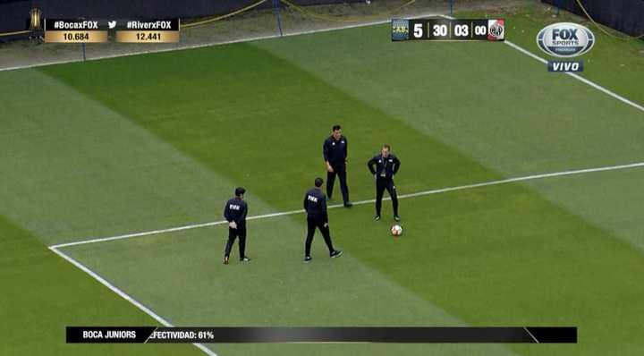 Los árbitros salieron a reconocer el campo de juego
