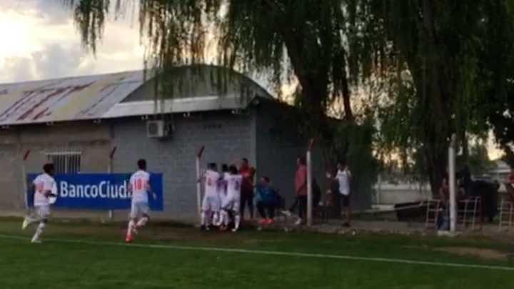 El primer gol del hijo de Barijho y el festejo con su papá