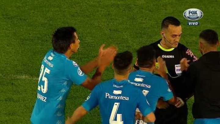 Aplausos para el árbitro en el final