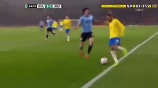 ¡Neymar le metió un caño a Cavani y casi se arma!