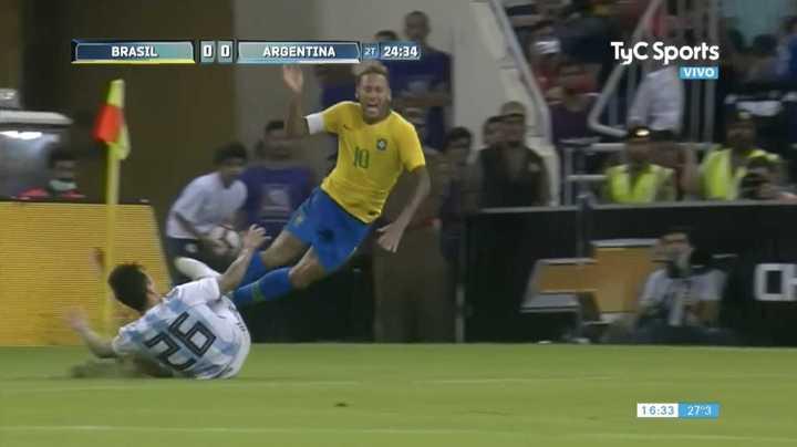 Saravia lo bajó a Neymar
