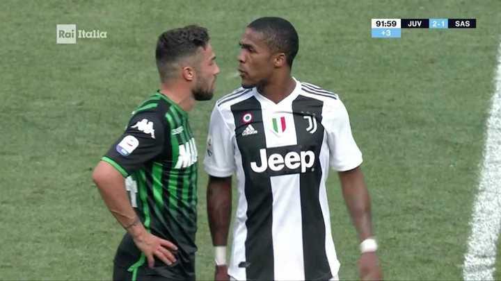 Douglas Costa escupió a un rival y lo expulsaron