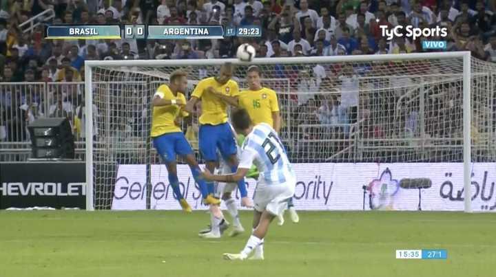 El tiro libre de Dybala casi marca el primero