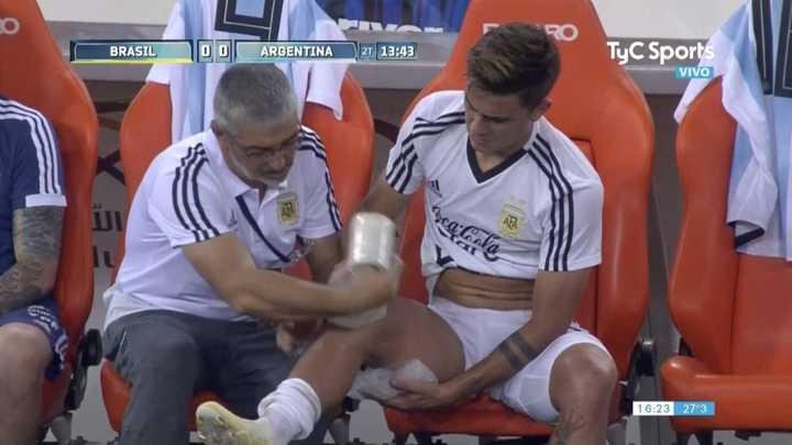 Hielo para Dybala en la rodilla derecha