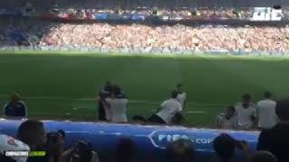 El festejo del banco argentino tras el gol de Agüero