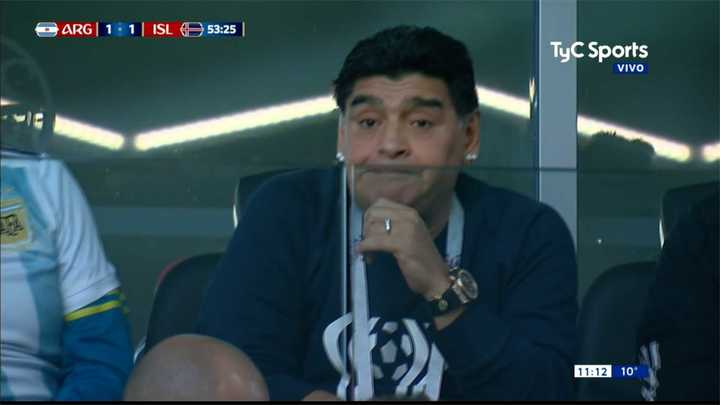 Maradona nervioso durante cambio Banega por Biglia
