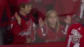De la desilusión a la felicidad: el momento entre un jugador de hockey sobre hielo y una pequeña hincha.