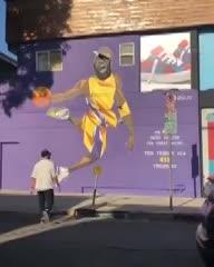 Un hincha de los Lakers tiró abajo la cara de LeBron