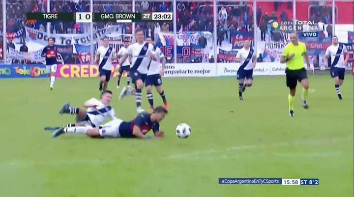 Moreno fue fuerte y le sacaron la roja