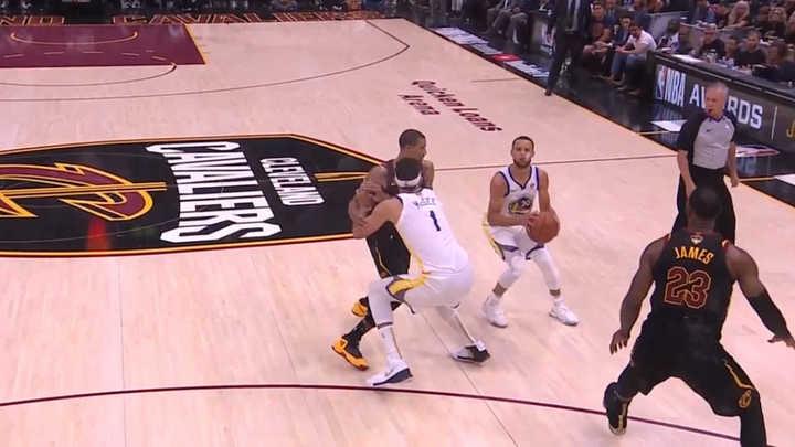 Curry: lujos y triple mordiendo el protector bucal