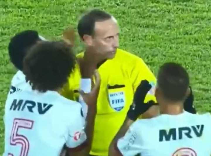 Terminó el partido cuando hacía el gol.