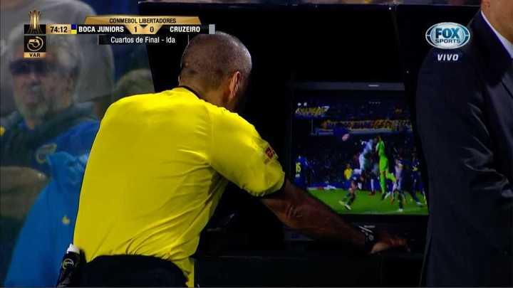El árbitro revisó el VAR y decidió expulsar a Dedé por el choque con Andrada
