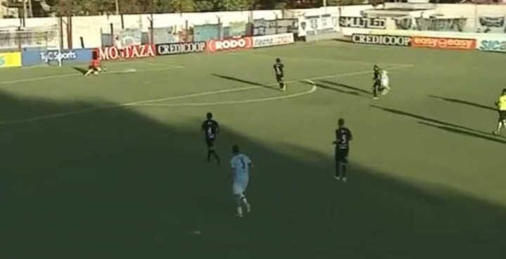 Federico Barrionuevo clavó el 2-0 de UAI Urquiza
