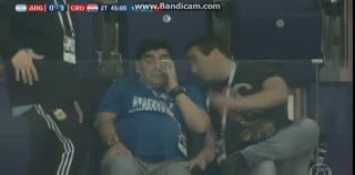 Maradona llorando por el 3-0.