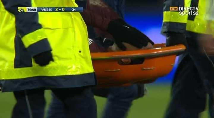 Neymar salió en camilla