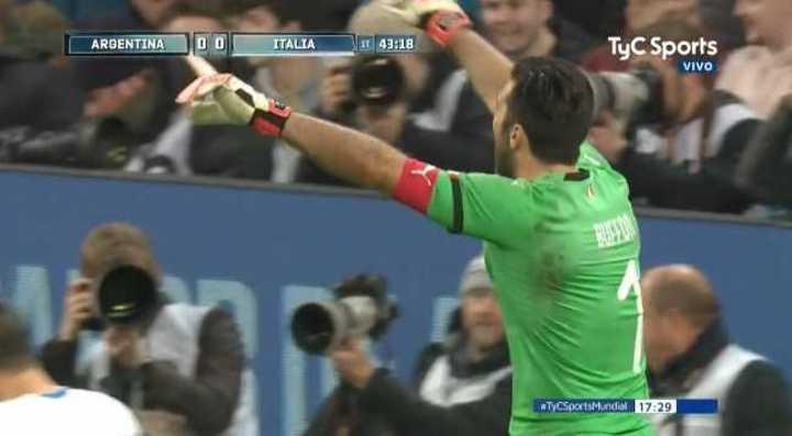 Buffon evitó el gol de Tagliafico