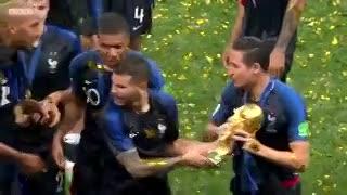 Kanté no se animó a pedir la copa en los festejos de Francia campeón