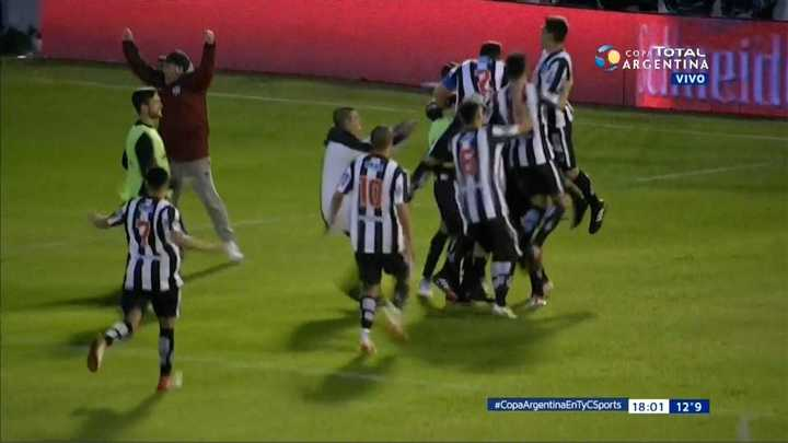 Vélez eliminado por penales